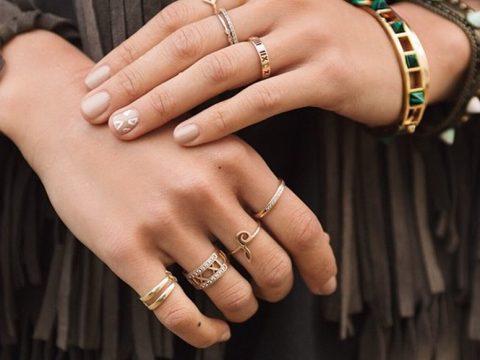 انگشتر انداختن در هر انگشت به چه معناست؟