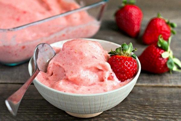 بستنی موز و توت فرنگی