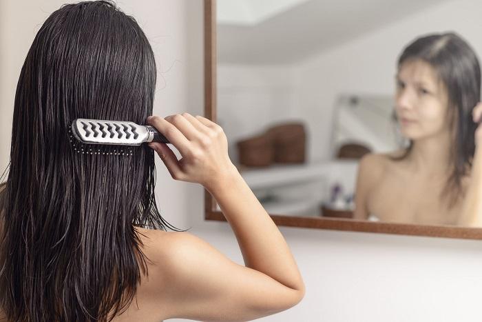 موهای خود را زمانی که خیس هستند، برس نکشید.